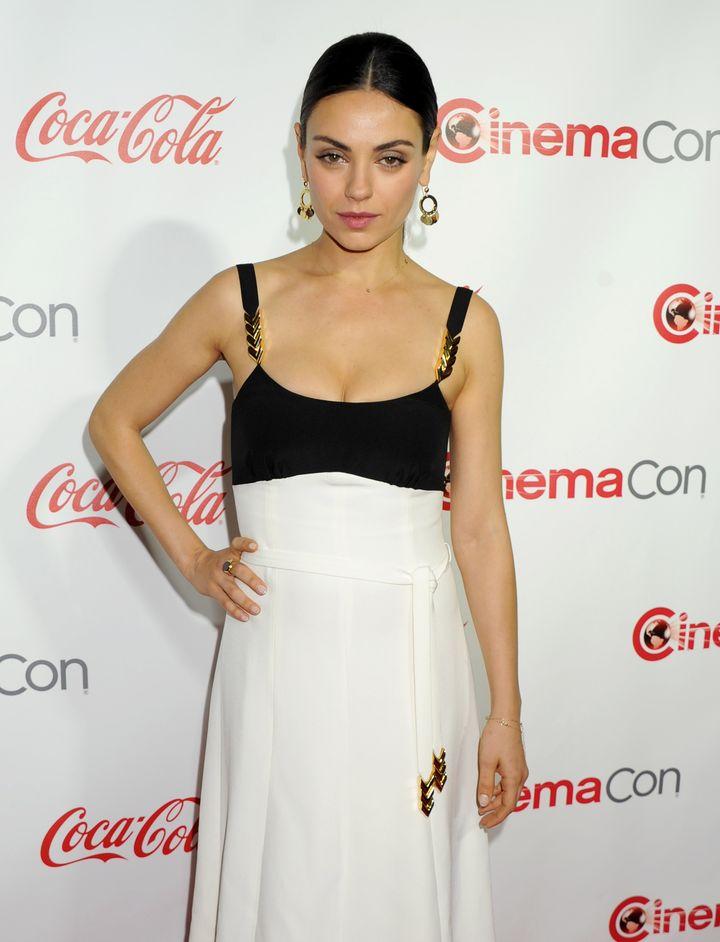 Образ дня: постройневшая Мила Кунис в монохромном платье на CinemaCon 2016