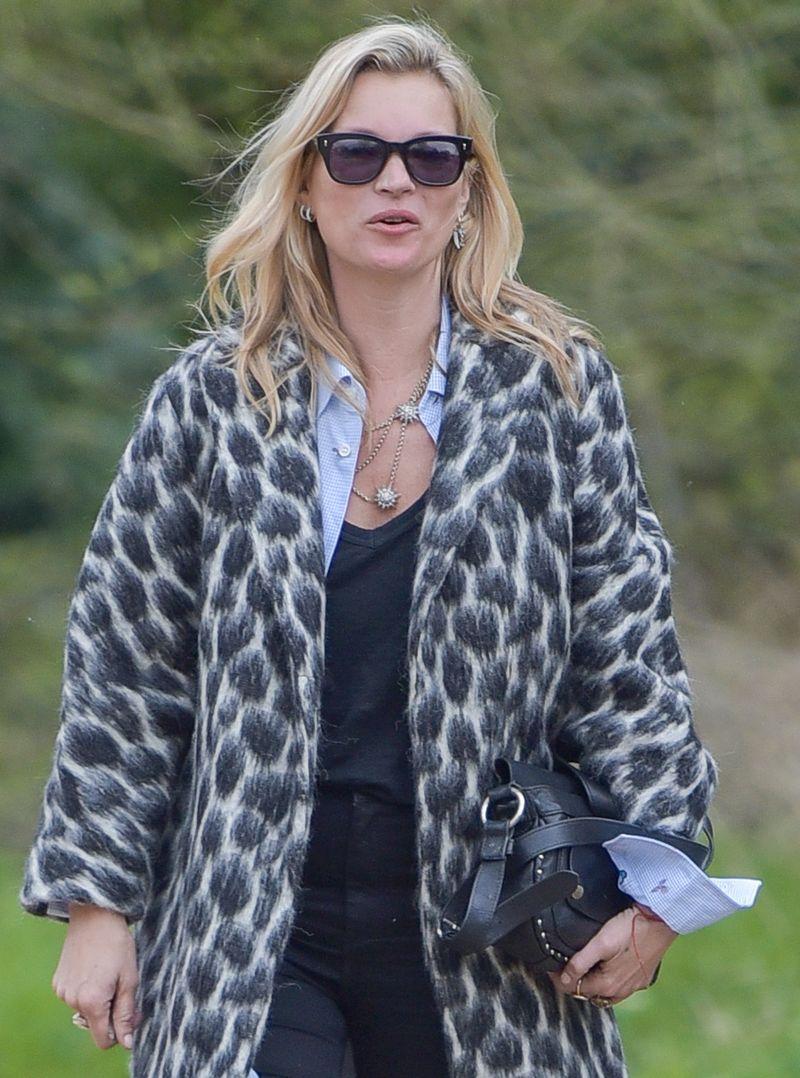 Образ дня: Кейт Мосс без макияжа и в леопардовом пальто Gucci на пути в паб