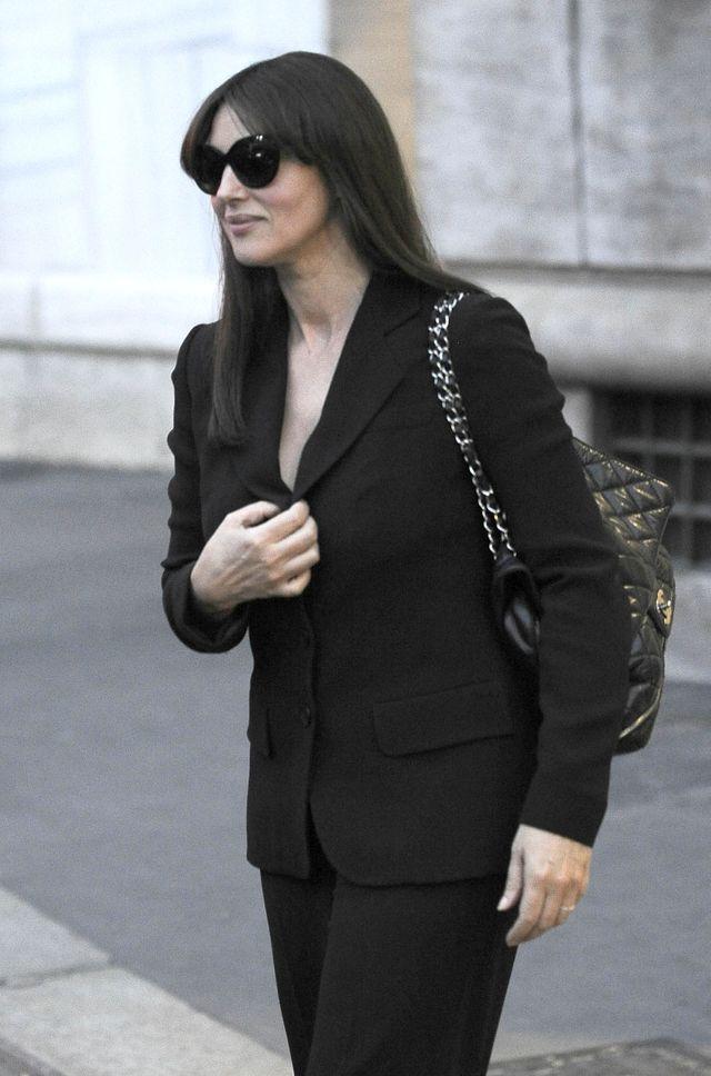 Моника Беллуччи в черном костюме в Милане фото 2016