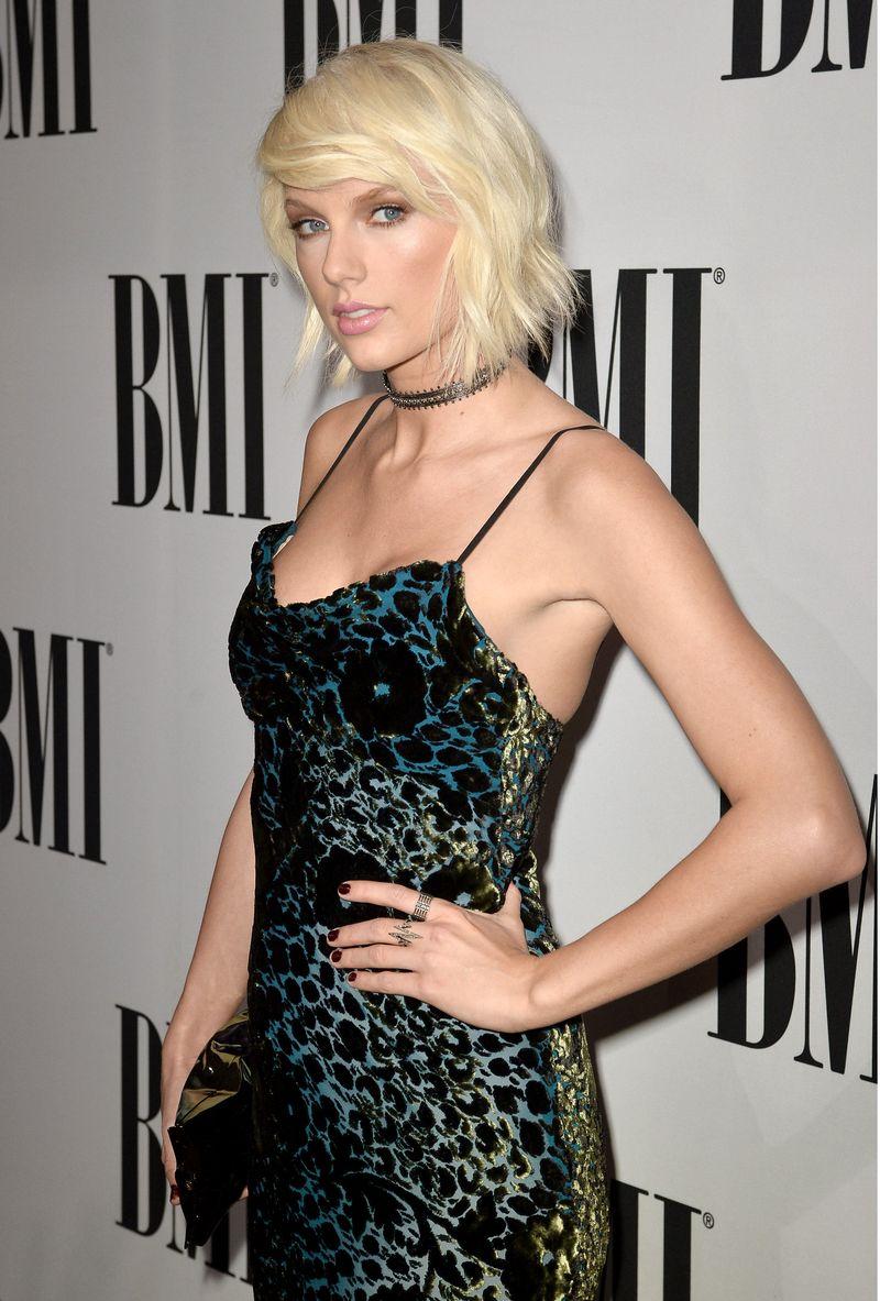 Образ дня: роскошная Тейлор Свифт в бархатном платье Monique Lhuillier на церемонии BMI Pop Awards 2016
