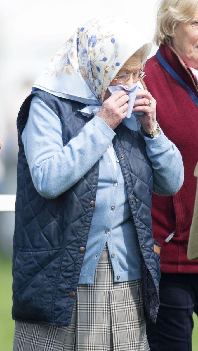 королева Елизавета умиляет простым нарядом в платочке фото 2016