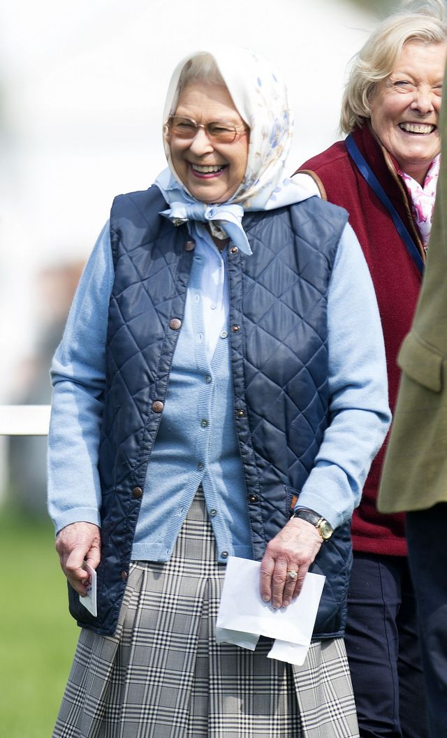 """Такой ее вы не видели никогда! """"Домашняя"""" королева Елизавета умиляет простым нарядом в платочке"""