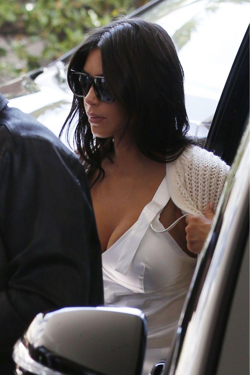 Ночнушка и бабушкина кофта: Ким Кардашьян удивила неудачным нарядом в Каннах