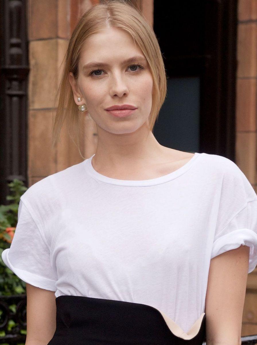 Образ дня: элегантная Елена Перминова в монохромном платье на вечеринке Lady Dior фото