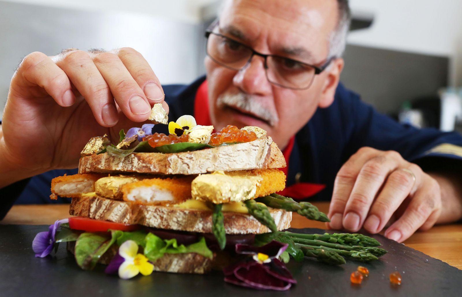 Любо-дорого: создан самый дорогой в мире сэндвич с рыбными палочками и золотом