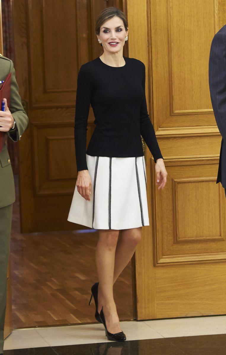 Образ дня: элегантная королева Испании Летиция в миди-юбке на конгрессе дерматологов