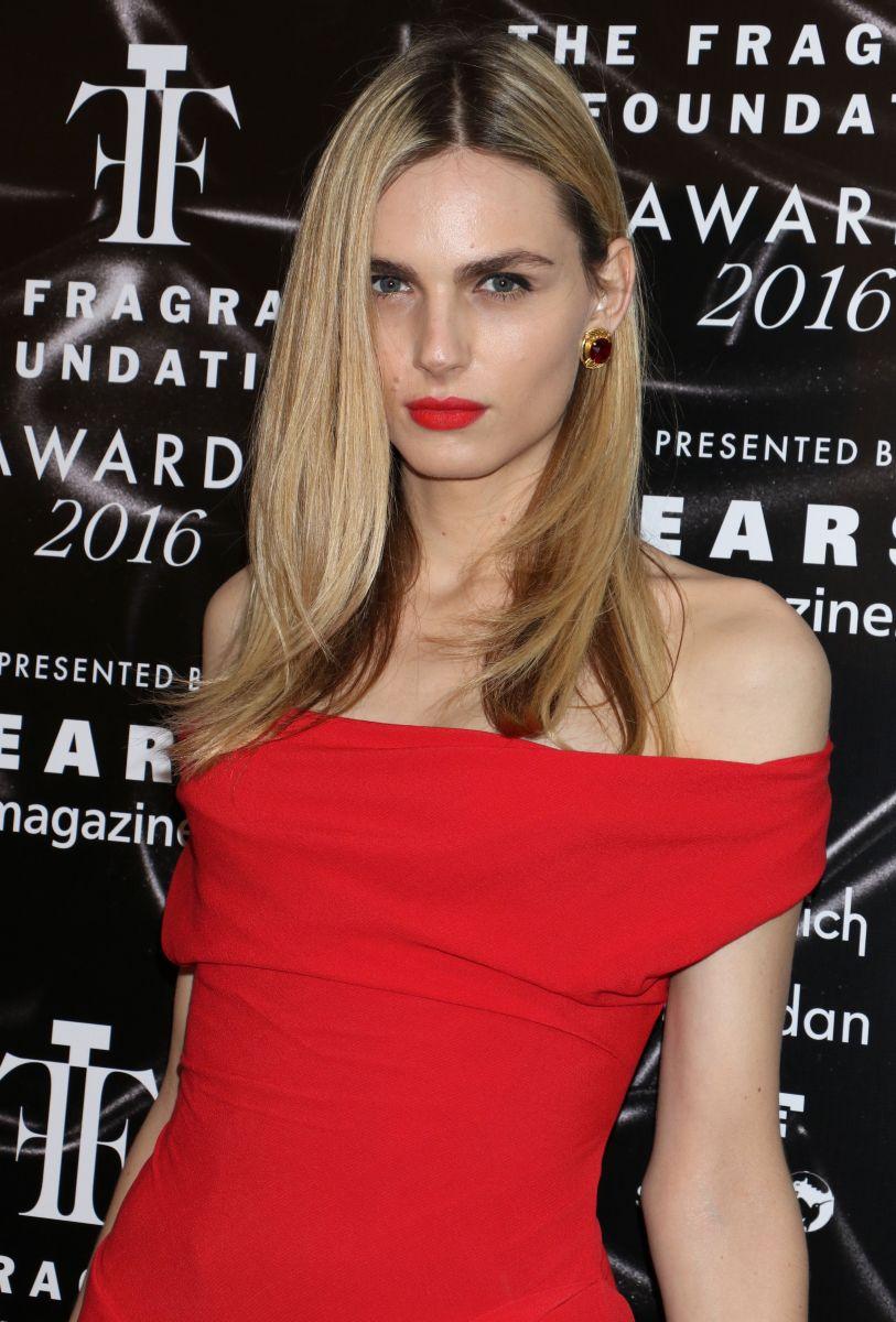 Образ дня: трансгендер Андреа Пежич  блистает в роскошном красном платье фото