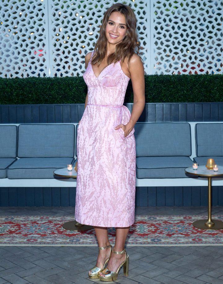 Образ дня: Джессика Альба в нежном платье на InStyle cover dinner фото
