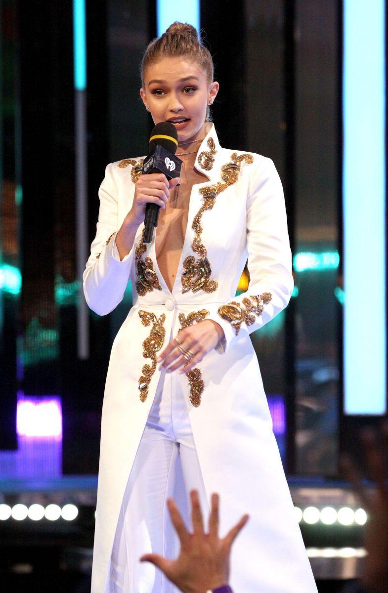 6 образов Джиджи Хадид - ведущей церемонии iHeartRadio Much Music Video