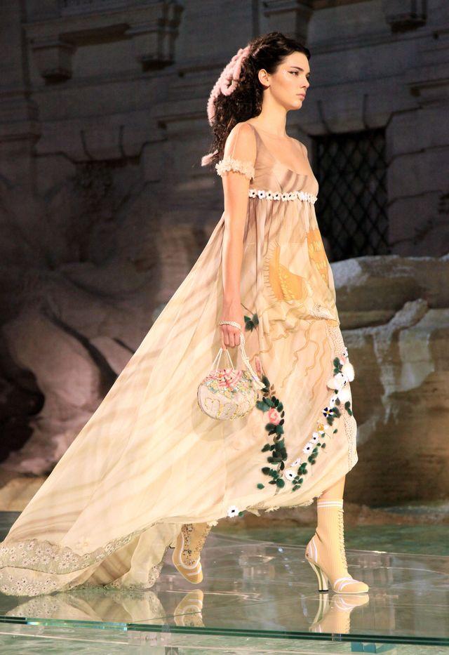 Образ дня: стройная Кендалл Дженнер показала ноги в платье от Fendi фото
