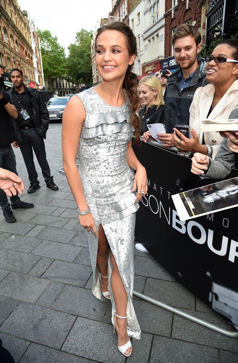 Образ дня: Алисия Викандер в платье Louis Vuitton на премьере фильма в Лондоне
