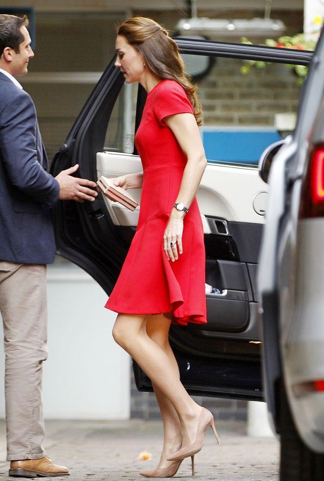 Кейт Миддлтон вышла в свет в маленьком красном платье Alexander McQueen фото