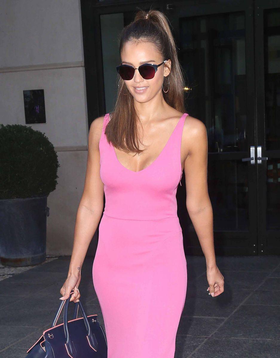 Образ дня: женственная Джессика Альба в стиле casual на улицах Нью-Йорка (ФОТО)