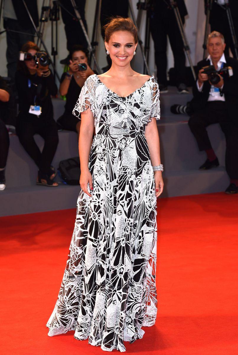 Натали Портман покорила элегантным образом на Венецианском кинофестивале, показав округлившийся животик (ФОТО)