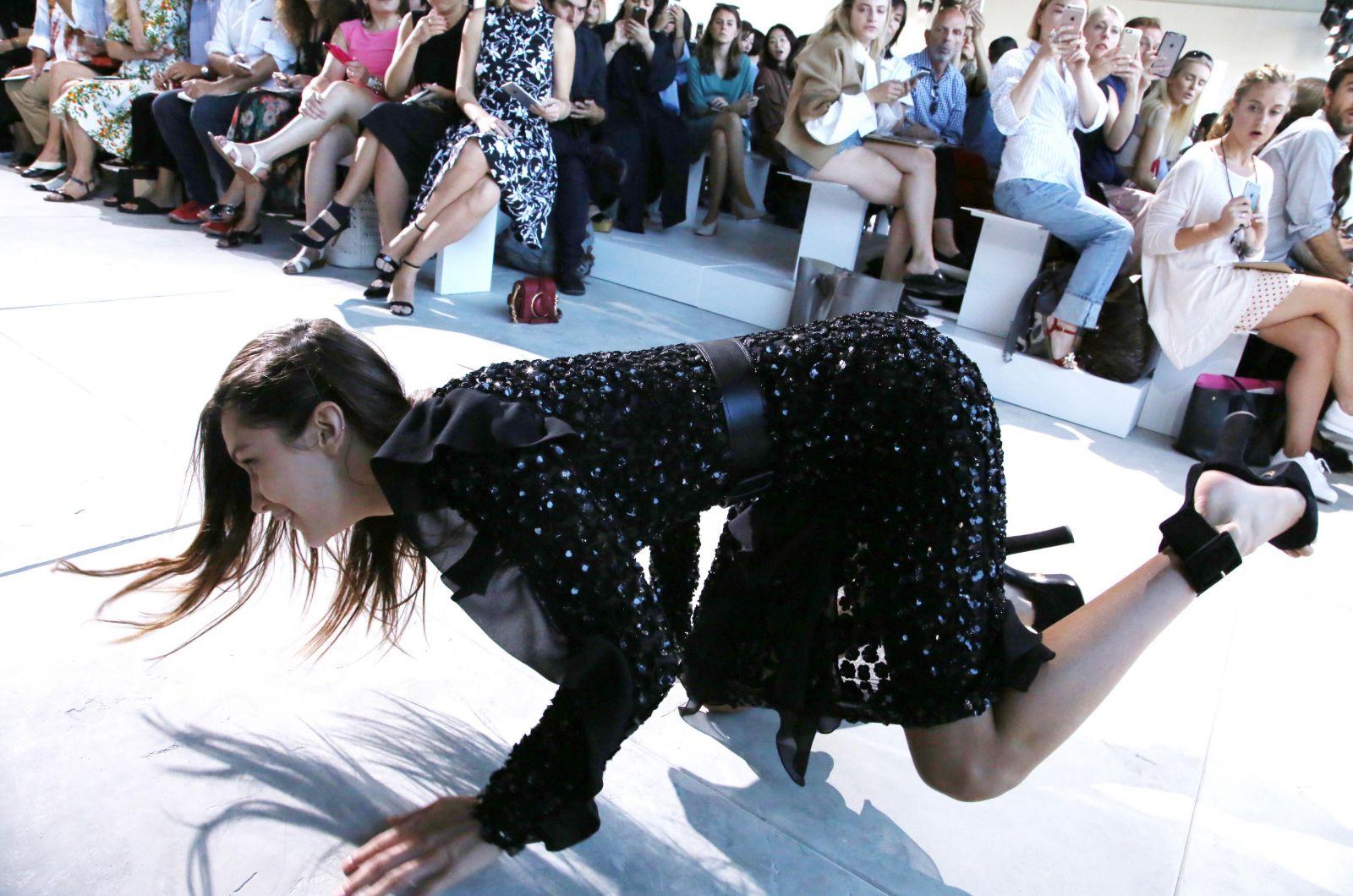 Белла Хадид упала на подиуме во время показа Michael Kors (ФОТО)
