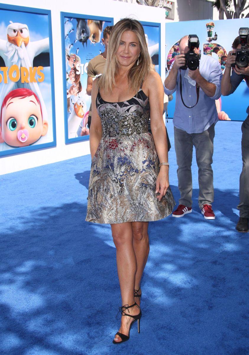 Дженнифер Энистон вышла в свет в роскошном наряде (ФОТО)