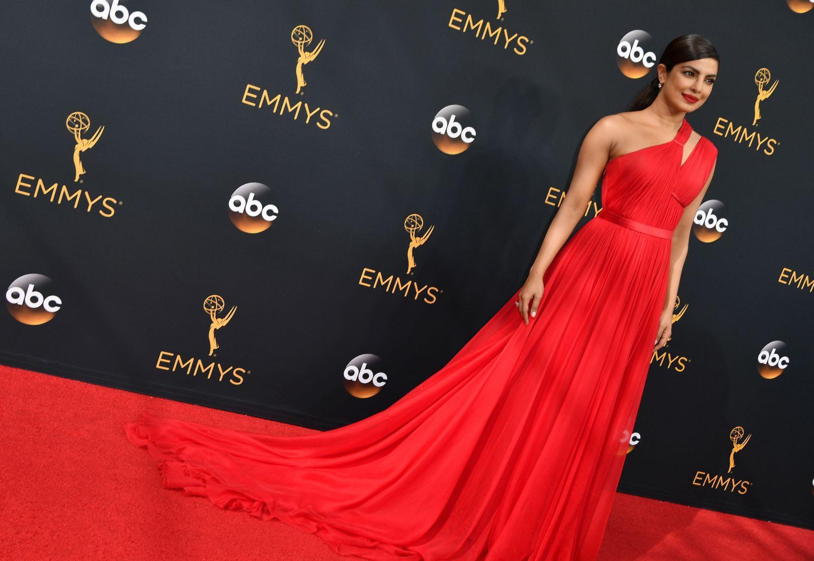 Звезды сериалов и Голливуда блеснули красотой на церемонии Эмми (ФОТО)