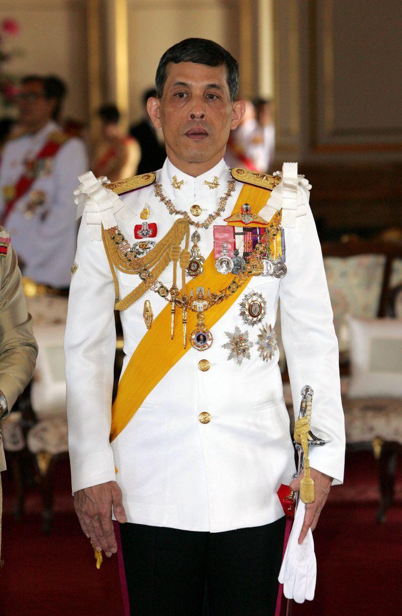 Такая мода? 63-летний таиландский принц показался на публике полуголым