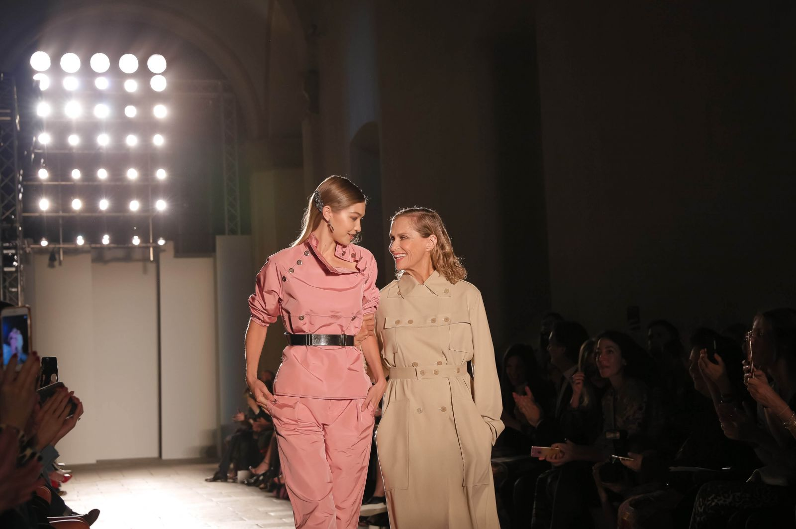 72-летняя супермодель вышла на подиум на миланской неделе моды (ФОТО)