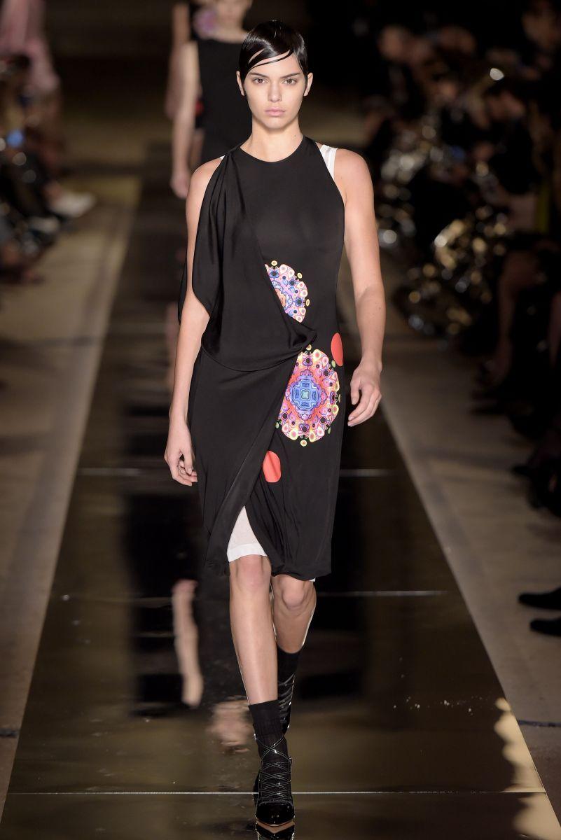 Ким Кардашьян в неглиже и Кендалл Дженнер с короткой стрижкой на показе Givenchy (ФОТО)