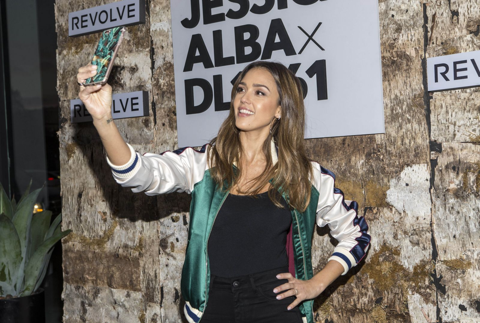 Образ дня: Джессика Альба в бомбере на презентации своей новой джинсовой коллекции