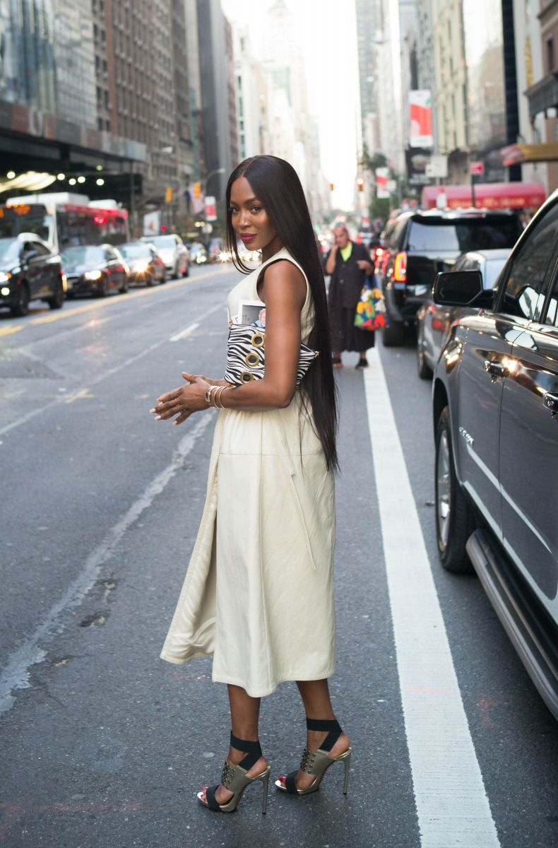 Образ дня: Неувядающая красотка Наоми Кэмпбелл в белом платье (ФОТО)