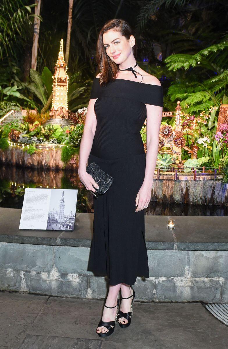 Образ дня: Энн Хэтэуэй в черном платье и в чокере на зимнем балу в Нью-Йорке Энн Хэтэуэй фото, Энн Хэтэуэй после родов