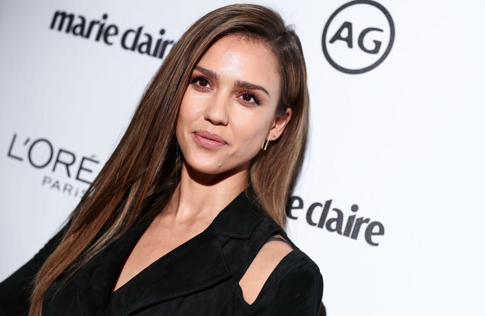 Джессика Альба покорила изысканным брючным костюмом на модной вечеринке