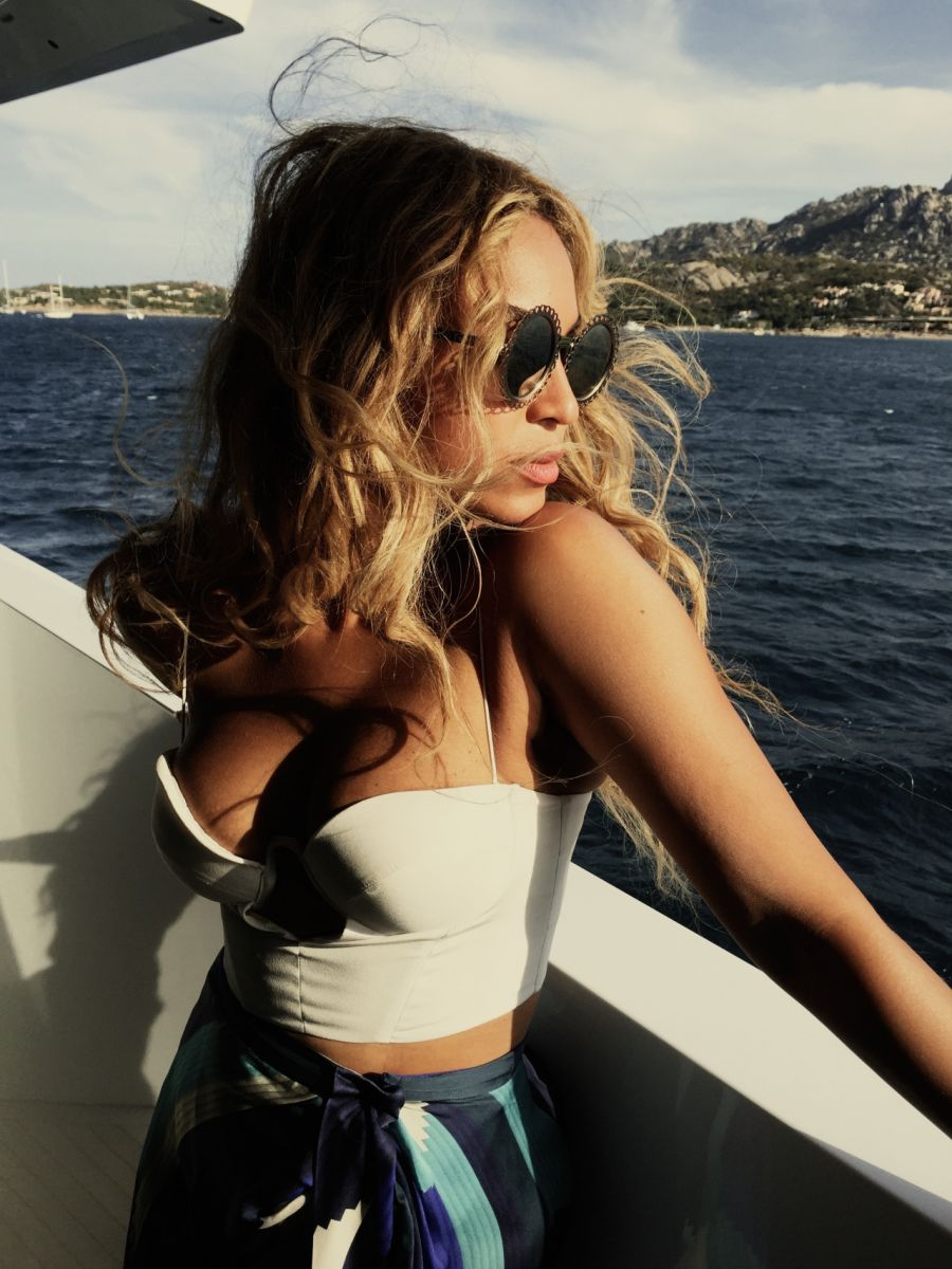 Фигуристый отпуск: Бейонсе похвасталась фото с отдыха и своим пляжным стилем