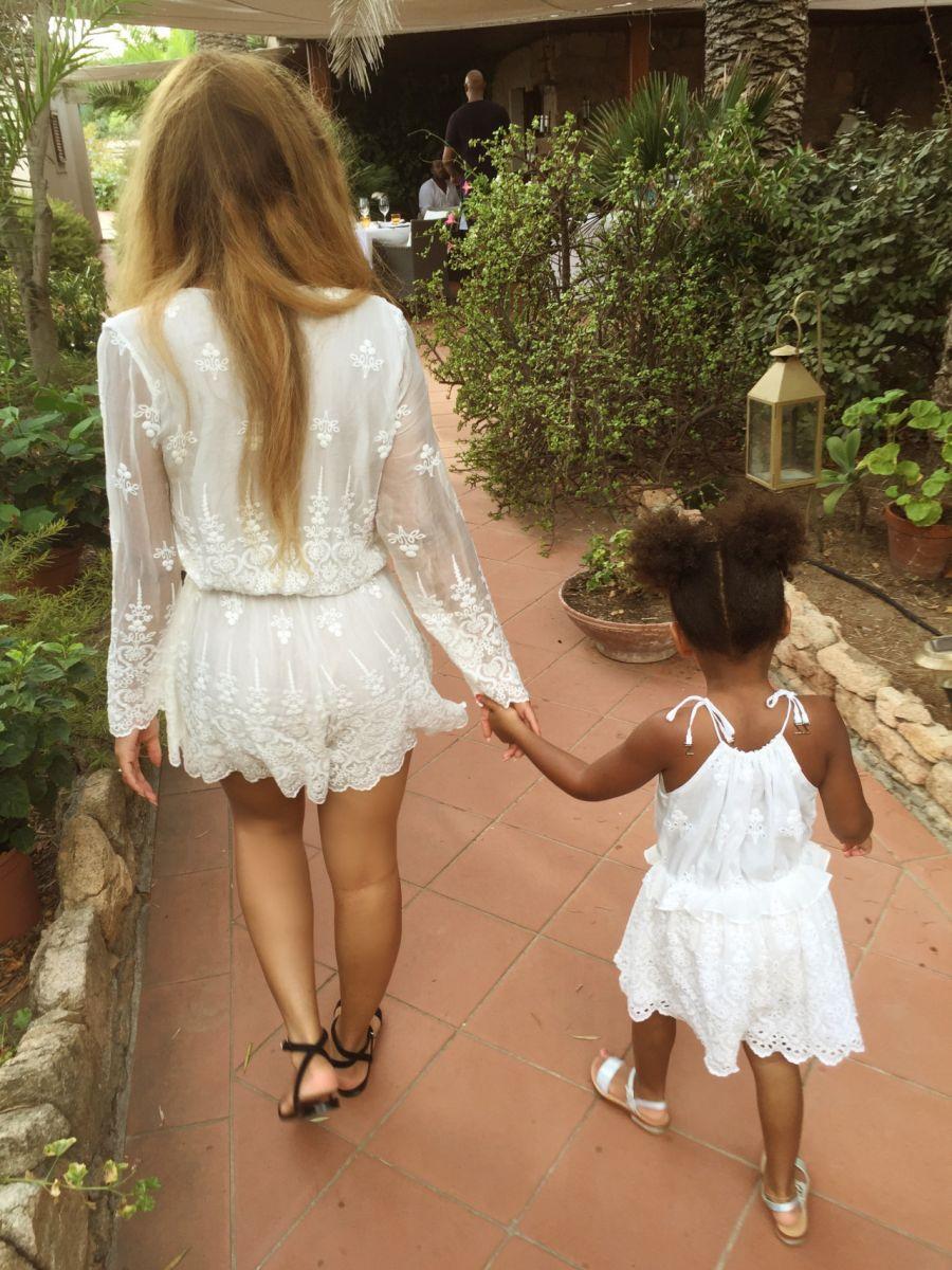 Двойняшки-стильняжки: Бейонсе с дочкой Блю Айви в одинаковых платьях посетили Париж