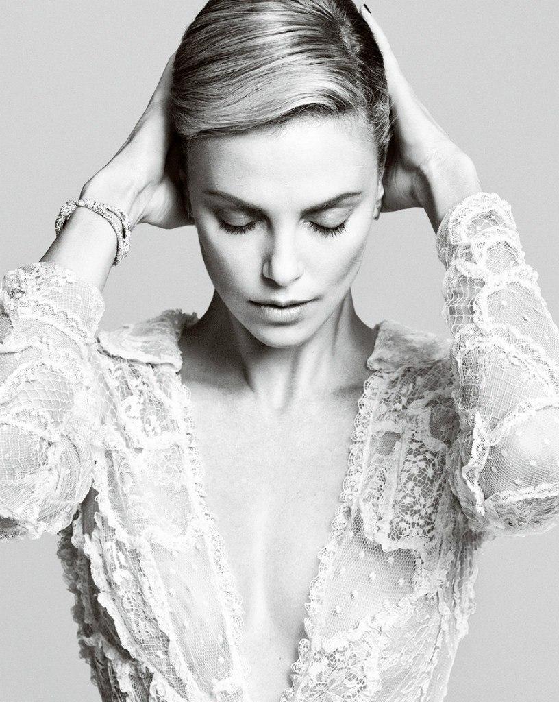 Шарлиз Терон показала идеальную внешность в новой фотосессии