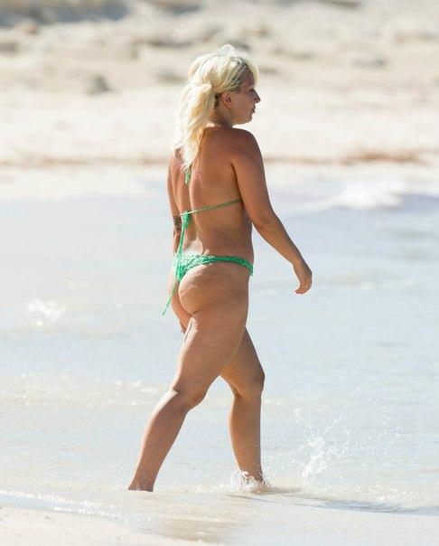 Фотофакт: Леди Гага шокировала обвисшей фигурой и вторым подбородком
