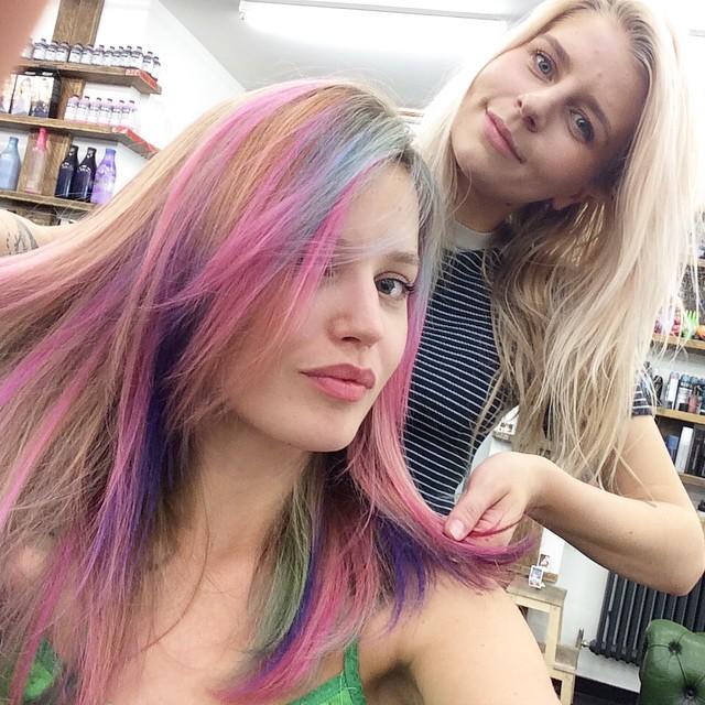 Радужное настроение: Джорджия Мэй Джаггер удивила новым оттенком волос
