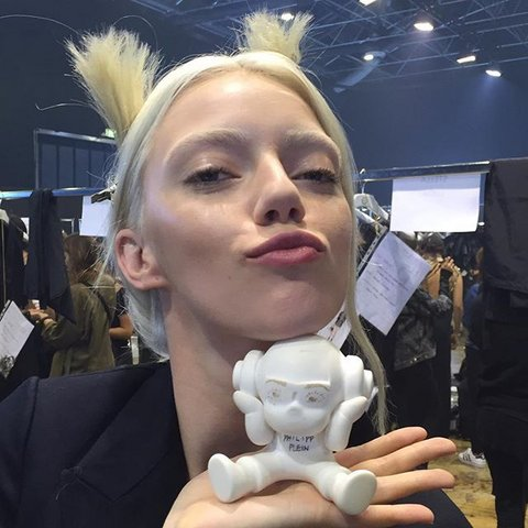 Белый кардинал: тайный участник парижской недели моды вызвал селфи-эпидемию среди моделей