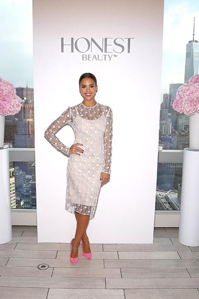 Милашка в деле: Джессика Альба представила новую линию декоративной косметики