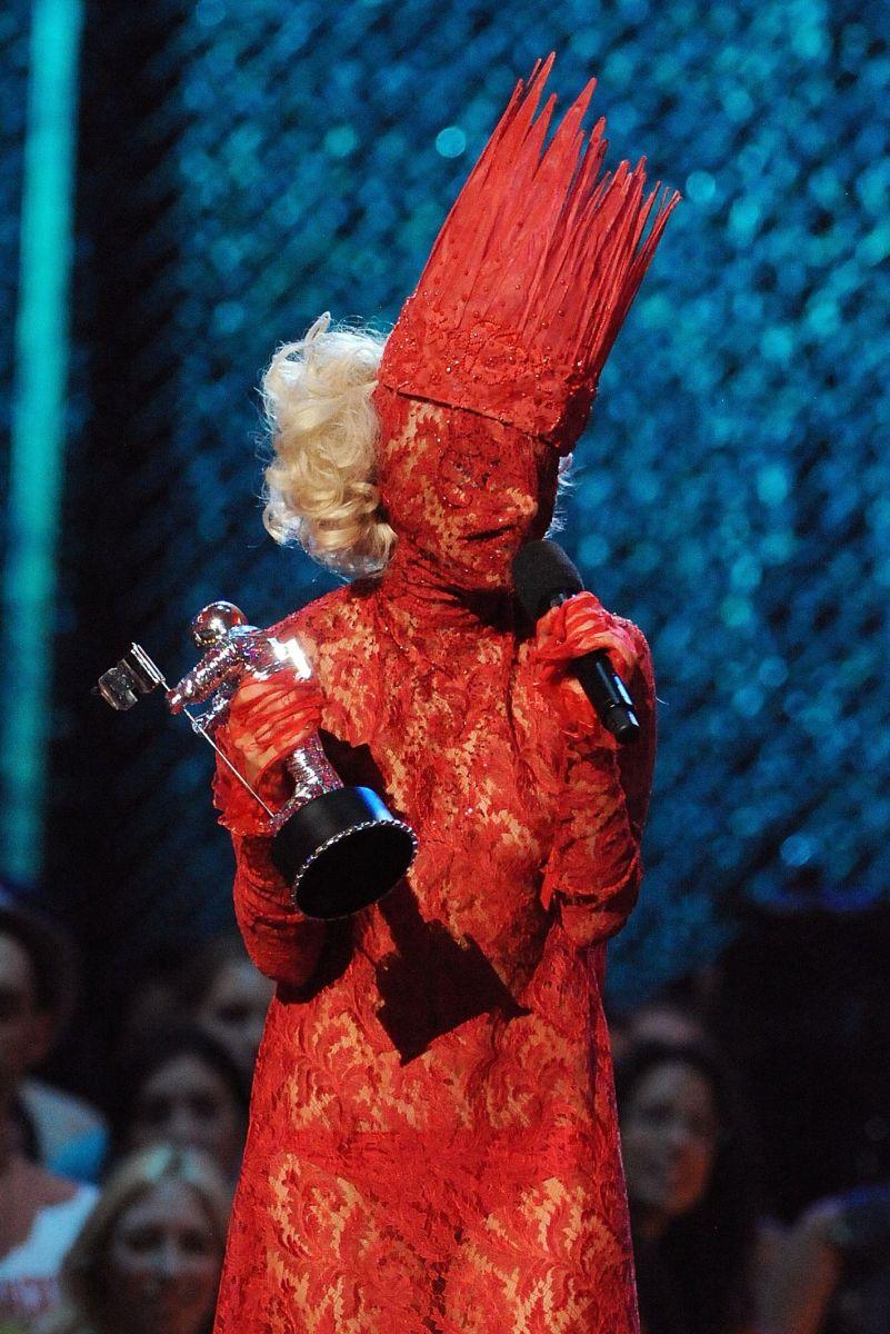 От Огненной королевы до Дэвида Боуи: 8 самых экстравагантных образов Леди Гаги