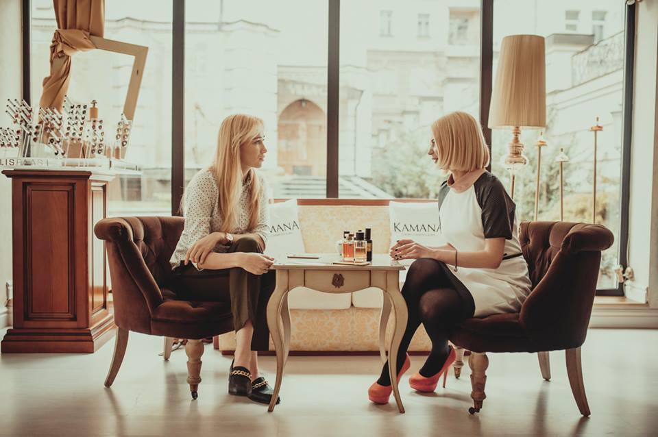 Девушка с перчинкой: Alloise рассказала о своем парфюмерном гардеробе