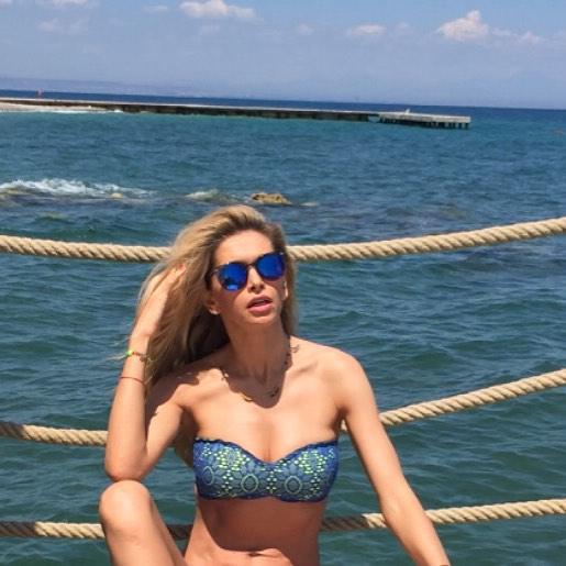 Лучше в бикини или без? Новое пикантное фото Веры Брежневой с отдыха