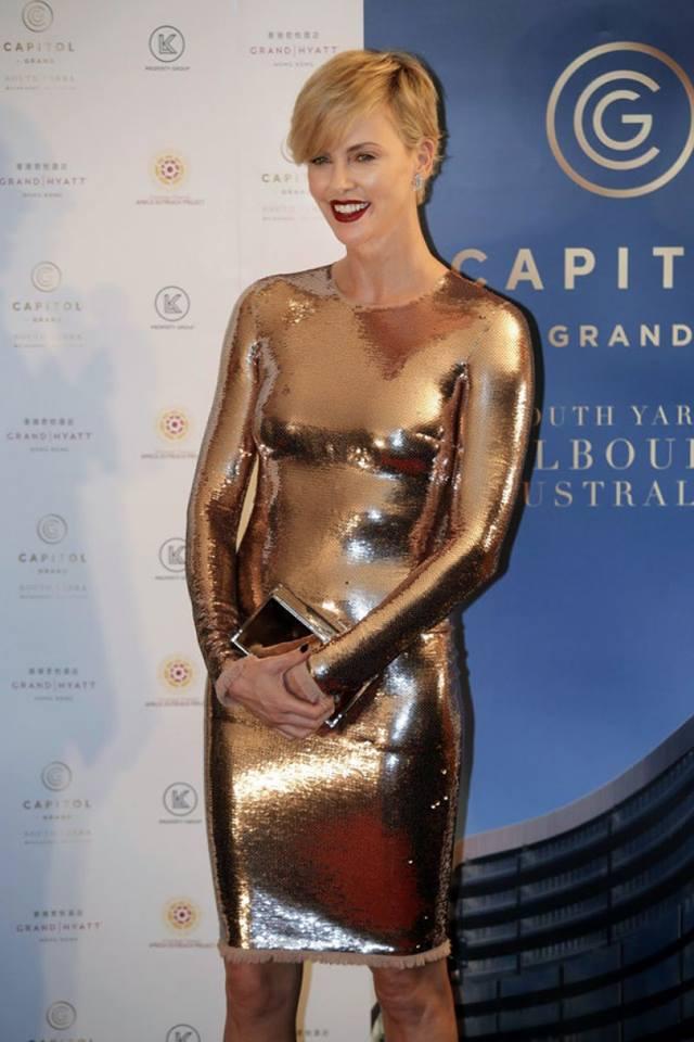 Образ дня: 40-летняя Шарлиз Терон блистала в обтягивающем золотистом платье