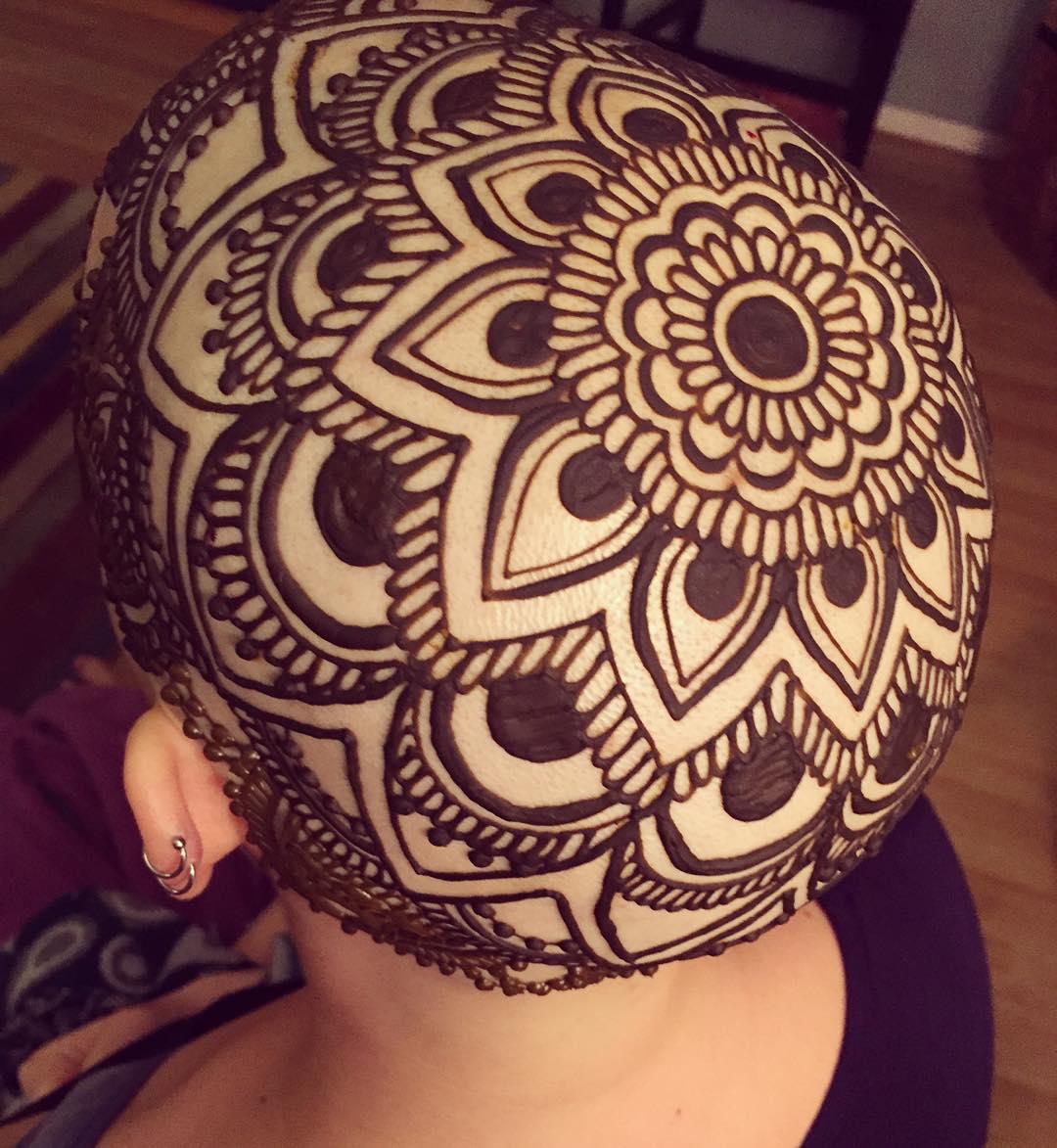 Широкой души человек: мастер бесплатно расписывает хной головы облысевших девушек