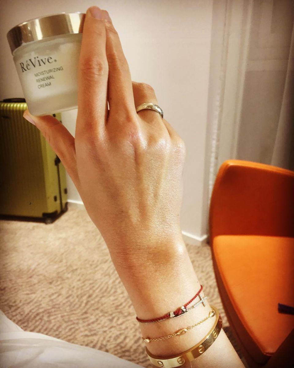 Звездный секрет: Ксения Собчак показала крем, который делает ее кожу сияющей