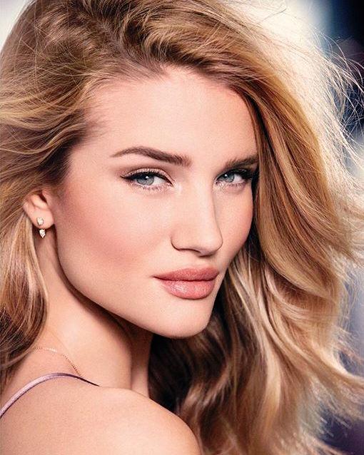 От красавицы слышу: модель Рози Хантингтон-Уайтли представила собственную коллекцию косметики
