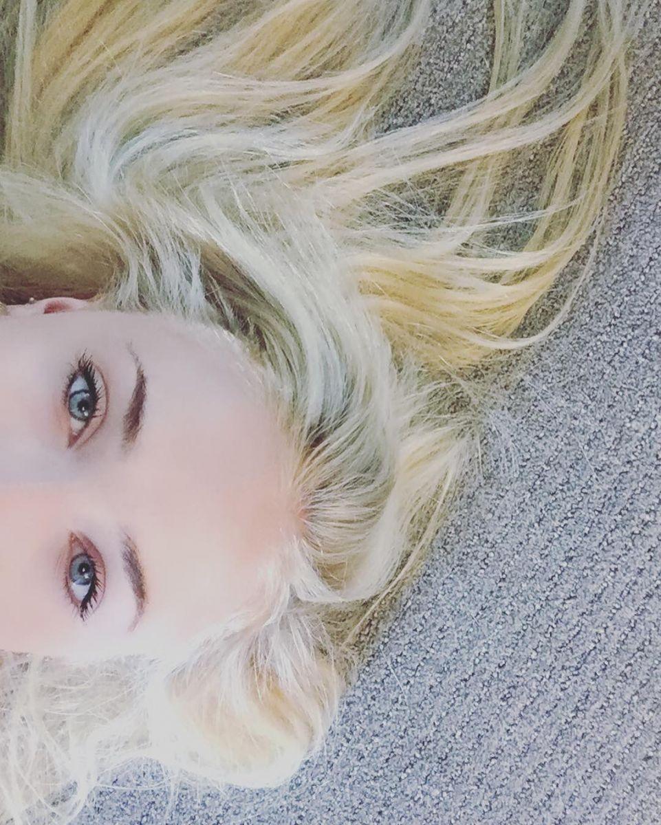 """Из Старков в Ланнистеры: звезда """"Игры престолов"""" Софи Тернер перекрасилась в блондинку"""