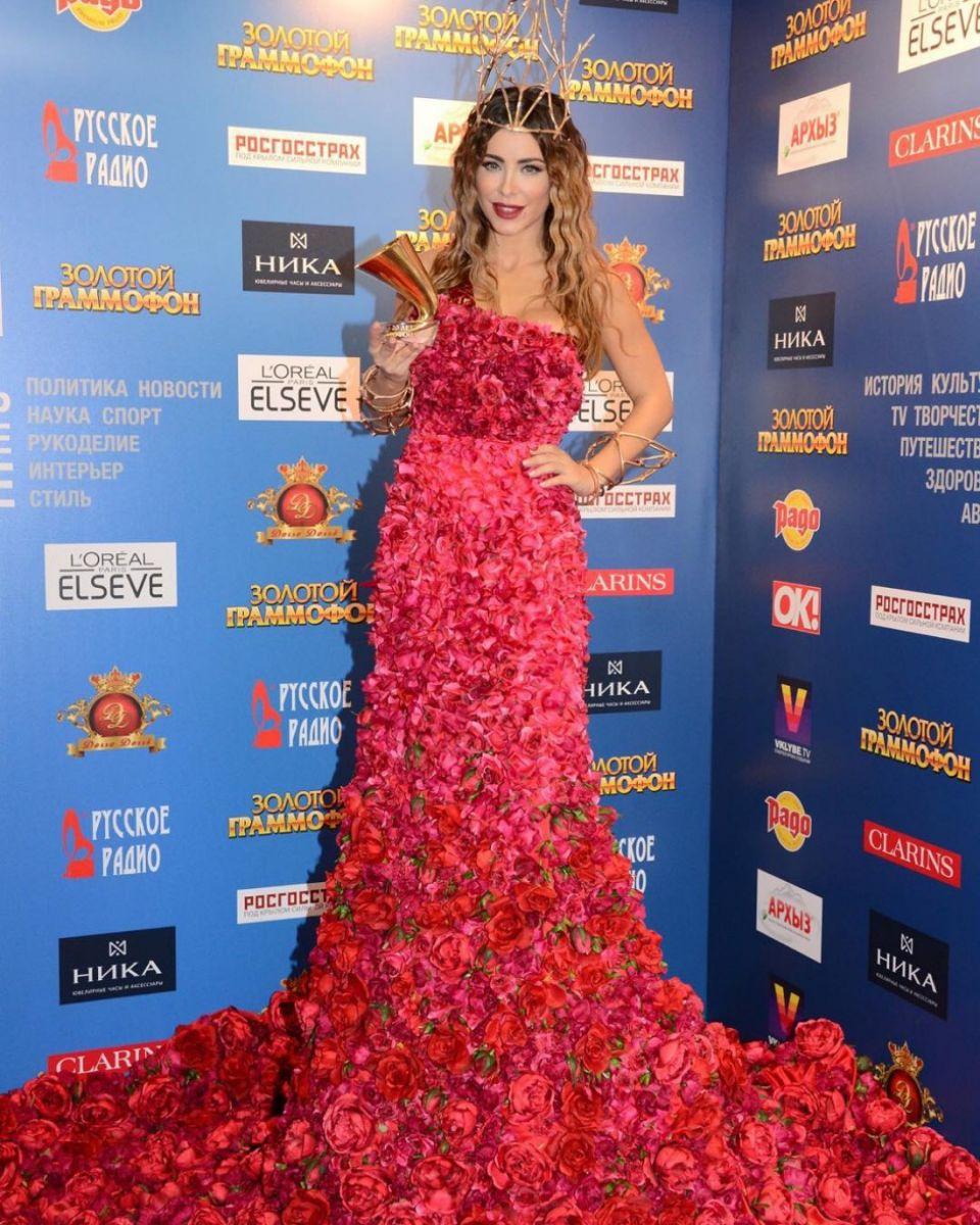 Королева цветов: Ани Лорак появилась на мероприятии в платье из сотен роз