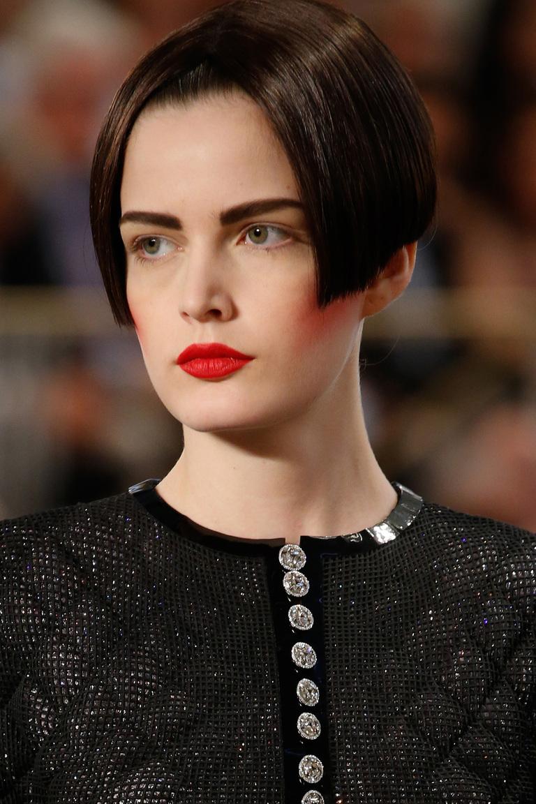 Красные губы и футуристичный боб: макияж с показа Chanel Haute Couture осень 2015
