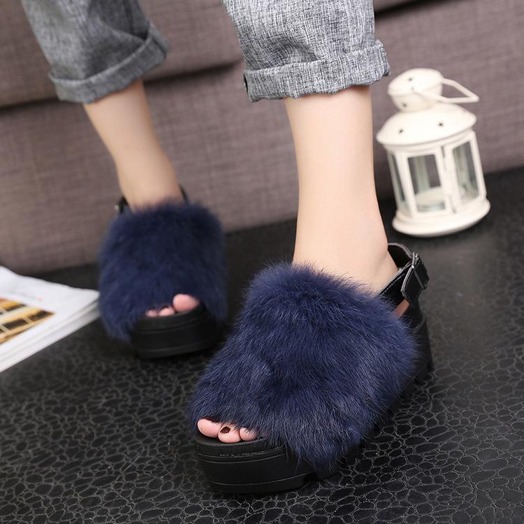 «Пушистые» туфли с мехом стали новым модным трендом