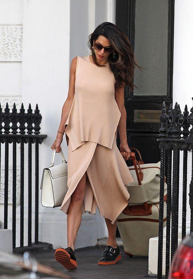 Как всегда идеальна: Амаль Клуни покоряет стилем на улицах Лондона
