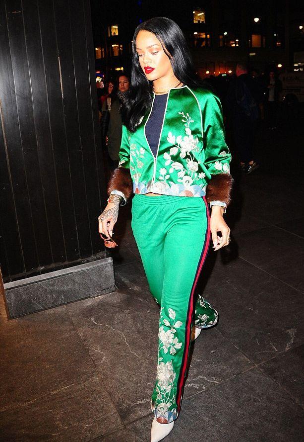 Образ дня: смелая красавица Рианна в изумрудном костюме Gucci фото