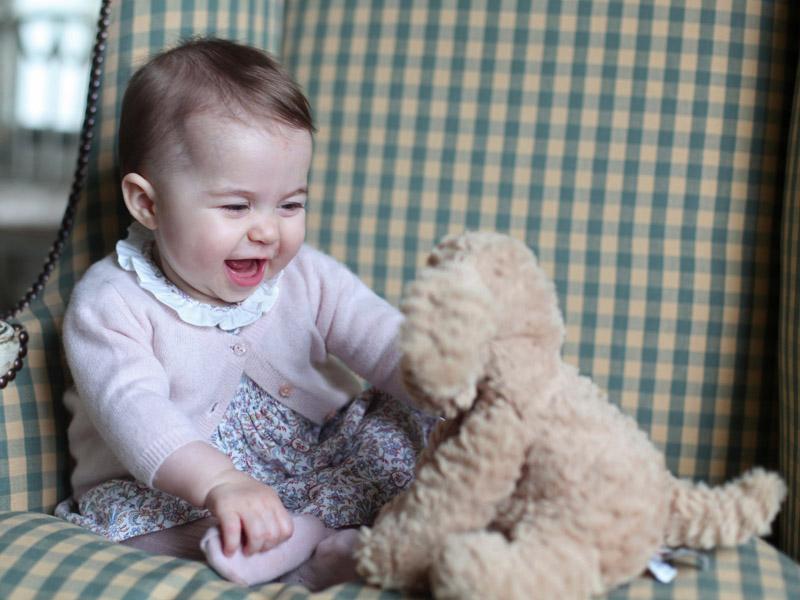 Маленькая принцесса: первые фото дочери Кейт Миддлтон и принца Уильяма