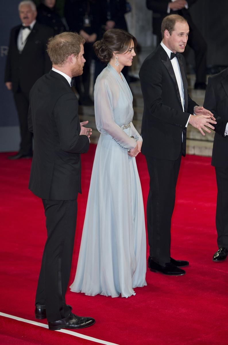 """Образ дня: Кейт Миддлтон в платье от Jenny Packhamна премьере """"007: Спектр"""""""